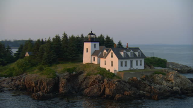 stockvideo's en b-roll-footage met low aerial, ws, indian island lighthouse at sunset, rockport, maine, usa - maine