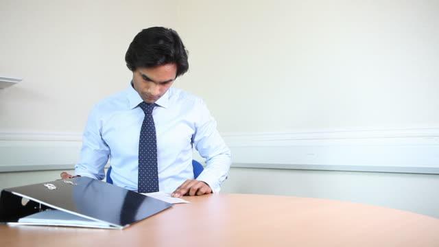 vídeos de stock e filmes b-roll de indian lawyer signing documents - camisa e gravata