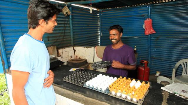 Indischer Mann Kauf Eier aus dem shop