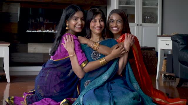 indische mutter vergebt zeit mit ihren erwachsenen töchtern - dashahara stock-videos und b-roll-filmmaterial