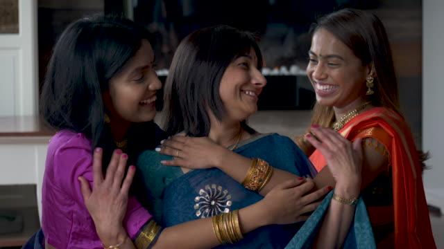 indische mutter verbringt zeit mit ihren erwachsenen töchtern - dashahara stock-videos und b-roll-filmmaterial