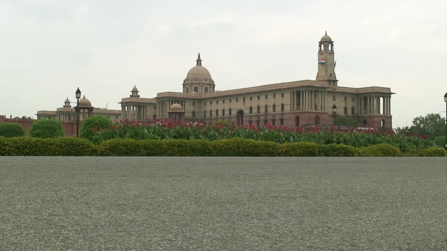 vídeos de stock, filmes e b-roll de ws indian parliament building, delhi, india - edifício do parlamento