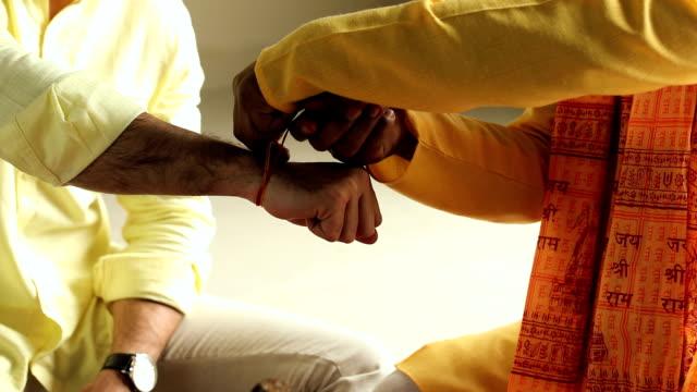 indian priest worshipping at home, delhi, india - auf dem boden sitzen stock-videos und b-roll-filmmaterial
