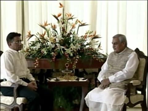 vídeos y material grabado en eventos de stock de indian prime minister atal bihari vajpayee and pakistani leader general pervez musharraf talk as they pose for press agra; jul 2001 - postura
