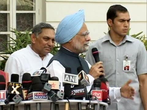 vídeos de stock, filmes e b-roll de indian prime minister manmohan singh was to be sworn in for a second term friday, following the resounding election victory of his congress-led... - 50 segundos ou mais