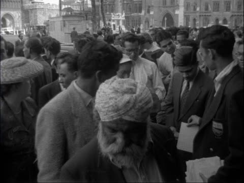 vídeos de stock e filmes b-roll de indian prime minister pandit nehru addresses audience in london; england: london: westminster: methodist central hall: ext people gathered outside... - krishna menon
