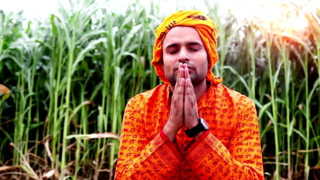 vídeos y material grabado en eventos de stock de sadhu(monk) indio orando a dios - waist up