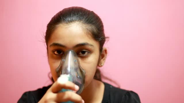 vídeos de stock, filmes e b-roll de indian'adolescente nebulizing própria tratamento médico - tossindo