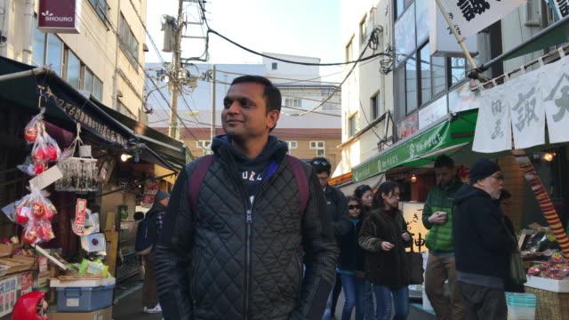 indian tourists walking in tsukiji - インド系民族点の映像素材/bロール