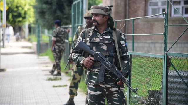 vidéos et rushes de indian troopers stands guard at airport road in srinagar, on august 2019. fear and confusion have gripped residents in india administered kashmir... - fête religieuse