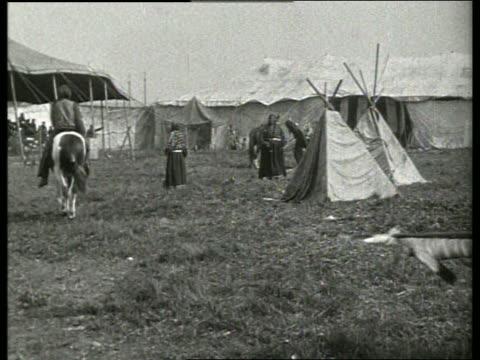 vídeos de stock e filmes b-roll de b/w indian war dancebuffalo bill cody's wild west show / 1910's / no sound - dança da guerra