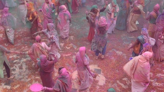 vídeos y material grabado en eventos de stock de indian widow celebrating holi, vrindavan, india. - vrindavan