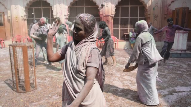 stockvideo's en b-roll-footage met indian widow celebrating holi, vrindavan, india. - weduwe