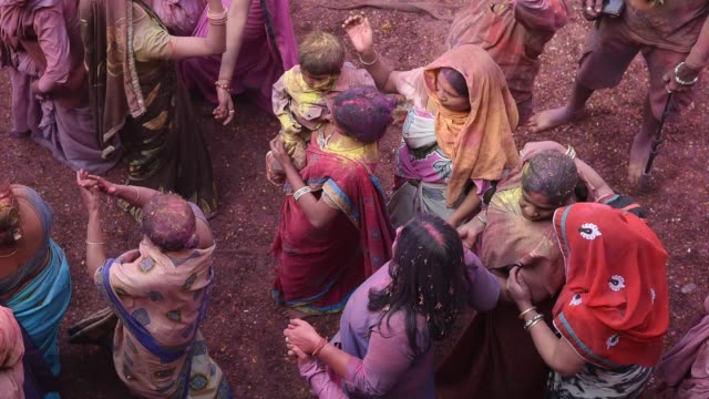 stockvideo's en b-roll-footage met indian widow celebrating holi, vrindavan, uttar pradesh, india. - weduwe