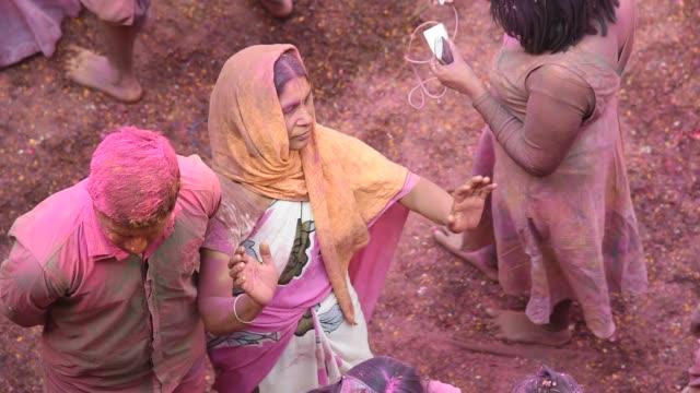 indian widow celebrating holi, vrindavan, uttar pradesh, india. - feierliche veranstaltung stock-videos und b-roll-filmmaterial