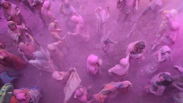 vídeos y material grabado en eventos de stock de indian widow celebrating holi, vrindavan, uttar pradesh, india. - vrindavan