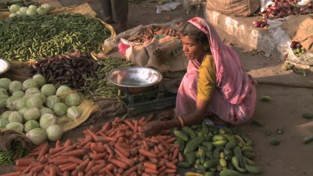 stockvideo's en b-roll-footage met ha indian woman selecting vegetables at outdoor market / rajkot, gujarat, india - breedbeeldformaat