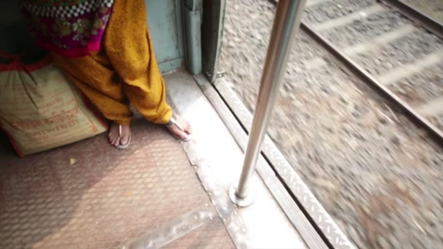 vídeos y material grabado en eventos de stock de indian woman stands by exit on moving train - calcuta