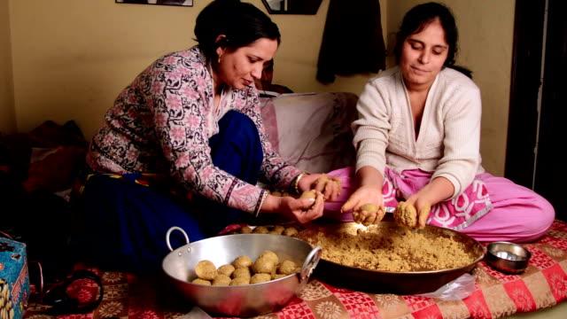 indische frauen, die zu hause süßes gericht machen - haryana stock-videos und b-roll-filmmaterial