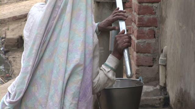 インドの女性水を上げる