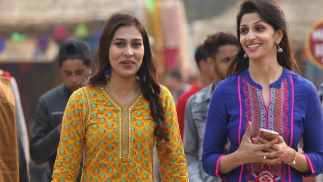 indische frauen reden auf straßenmarkt unterwegs - klatsch stock-videos und b-roll-filmmaterial