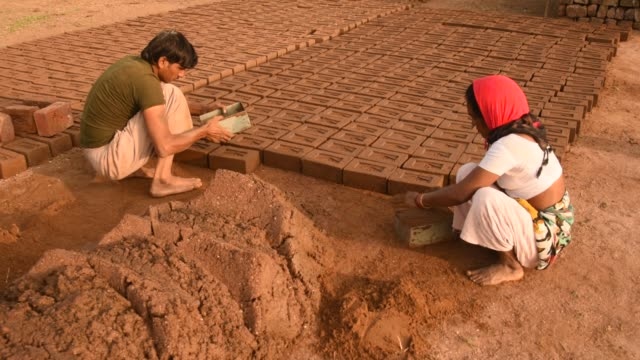 indian workers making wet clay bricks, aurangabad, india. - ziegel stock-videos und b-roll-filmmaterial