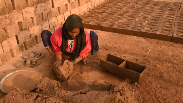 indian workers making wet clay bricks, aurangabad, india. - construction industry stock videos & royalty-free footage