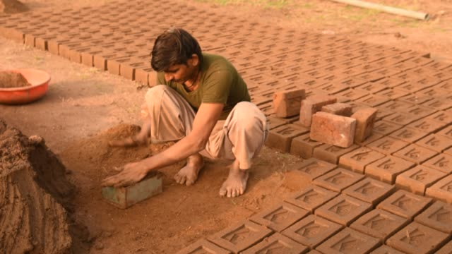indian workers making wet clay bricks, aurangabad, india. - trocknen stock-videos und b-roll-filmmaterial