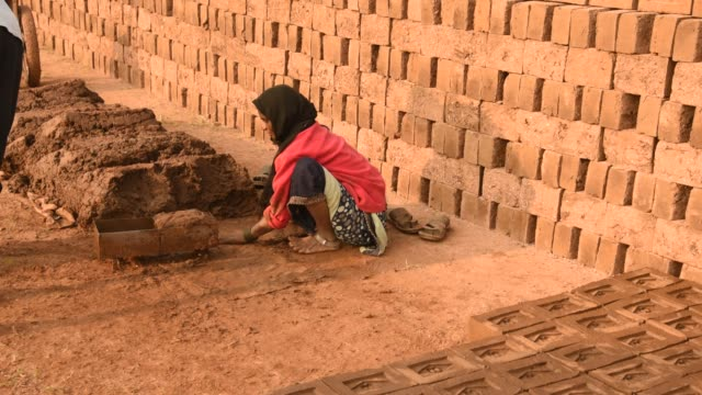 indian workers making wet clay bricks, aurangabad, india. - brick stock videos & royalty-free footage