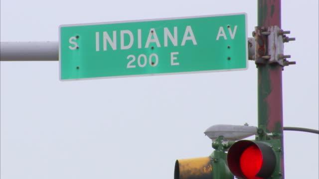 indiana av, 200 e street sign on post, partial traffic light lower frame. il, 61st street, s. indiana ave - e post bildbanksvideor och videomaterial från bakom kulisserna