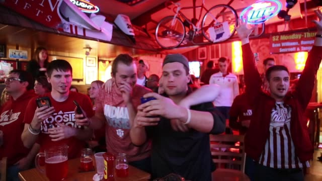vídeos de stock, filmes e b-roll de indiana university fans cheer for the indiana university hoosiers who are playing against against university of kentucky during the ncaa tournament... - bloomington indiana