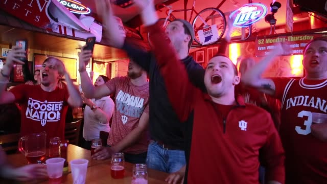 vídeos de stock, filmes e b-roll de indiana university fans cheers for the indiana university hoosiers who are playing against against university of kentucky during the ncaa tournament... - bloomington indiana