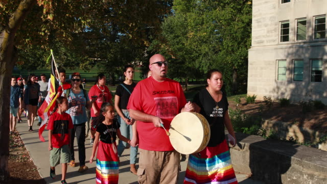 vidéos et rushes de indiana university students, and community members march during the first annual indigenous people's day, october 8, 2018. the mayor of the city of... - amérindien