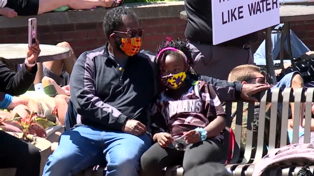 vidéos et rushes de indianapolis, in, u.s. - people lying on ground in front of city market amid george floyd protest on sunday, may 31, 2020. protests continue in... - être étendu