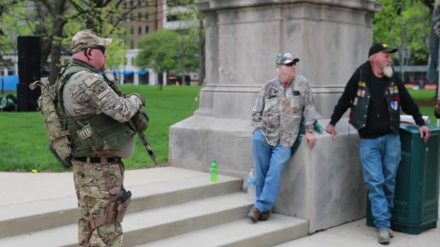 """indianapolis, indiana, usa: members of a iii percent militia act as a security force during a """"pro-freedom"""" rally at the indiana statehouse in... - 全米ライフル協会点の映像素材/bロール"""