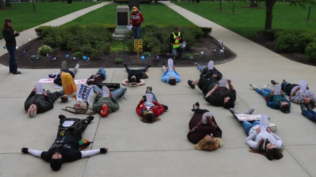 protesters stage a die in at the indiana statehouse as the national rifle association holds it's national convention and meetings at the nearby... - protesta contro la violenza armata video stock e b–roll
