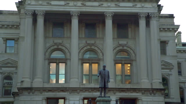 indianapolis state capitol building tilt up to dome at dusk - indianapolis stock videos & royalty-free footage