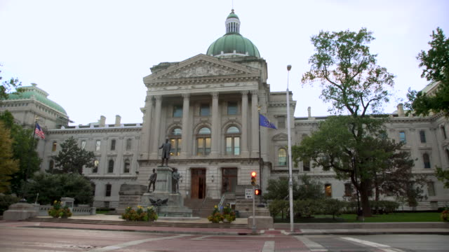 indianapolis state capitol building tilt up to dome at dusk - indiana stock videos & royalty-free footage