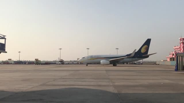 vídeos y material grabado en eventos de stock de india's government says it would investigate jet airways' ability to keep flying as the debtstricken carrier fights for survival - fighting men: keep it clean