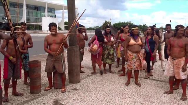 stockvideo's en b-roll-footage met indigenas brasilenos protestaron el jueves lanzado flechas contra una foto de la presidenta dilma rousseff y de la senadora katia abreu posible nueva... - agricultura