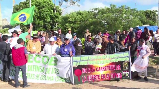 Indigenas del Amazonas boliviano se manifestaron contra un proyecto para construir una autopista a traves de un parque nacional durante el encuentro...