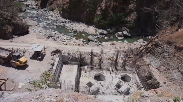 stockvideo's en b-roll-footage met indigenas lencas protestan desde enero contra la construccion de una hidroelectrica en el unico rio que los abastece de agua en reitoca una comunidad... - agua