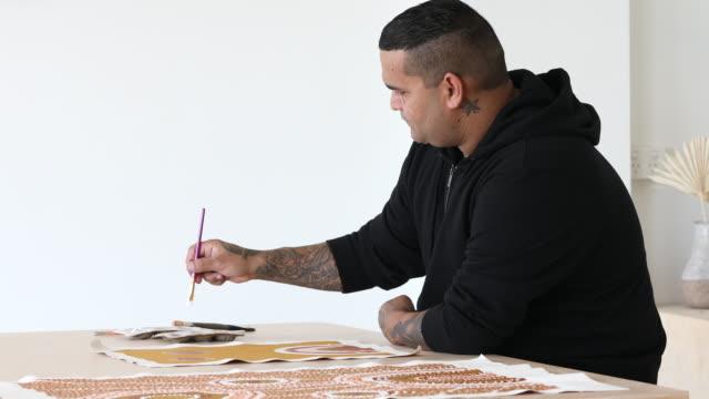 indigene aborigines australischer künstler - kunst, kultur und unterhaltung stock-videos und b-roll-filmmaterial