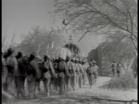 vidéos et rushes de indigenous african soldiers marching in french troop uniforms indigenous african males laboring working w/ shovels pick axes men moving dirt from... - baïonnette