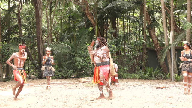 indigenous australians people dancing in queensland australia - ブーメラン点の映像素材/bロール