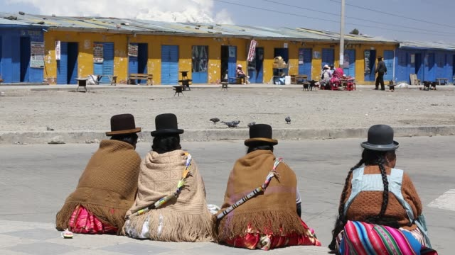 indigenous bolivian women in el alto above la paz, bolivia. - la paz region la paz stock-videos und b-roll-filmmaterial