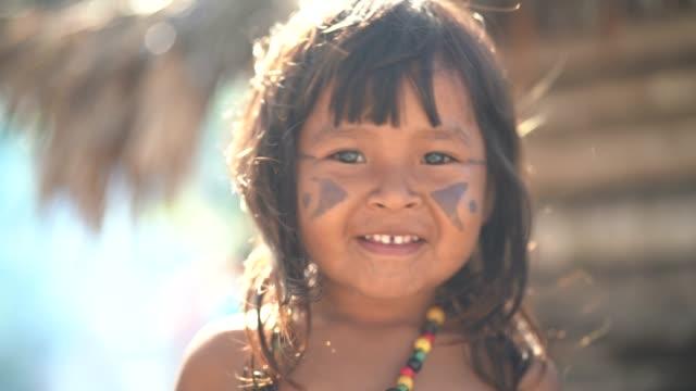 vídeos de stock, filmes e b-roll de criança brasileira indígena, retrato de tupi guarani etnia - índio americano