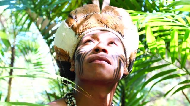 Einheimischen brasilianischen Jüngling, erkunden den Regenwald - von Guarani Ethnizität