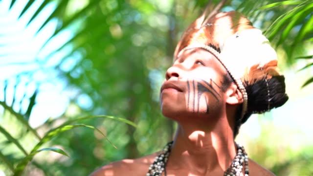einheimischen brasilianischen jüngling, erkunden den regenwald - von guarani ethnizität - stamm stock-videos und b-roll-filmmaterial