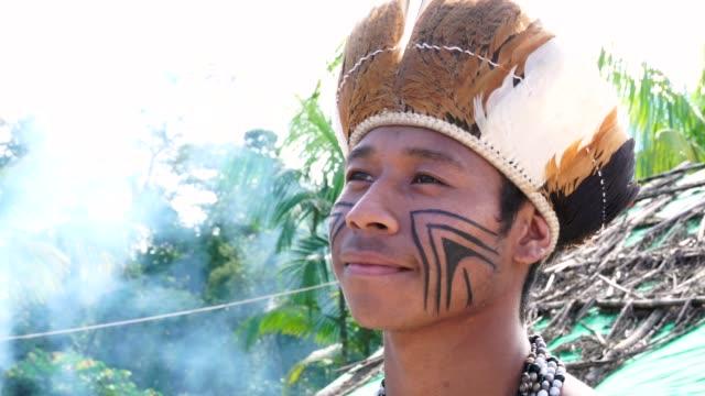 vídeos de stock, filmes e b-roll de indígena brasileira jovem retrato da etnia guarani - índio americano